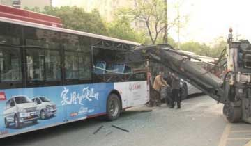3米长机械臂插入公交车-多人受伤.jpg