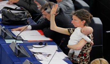 欧盟女议员抱娃开会 小家伙萌萌哒