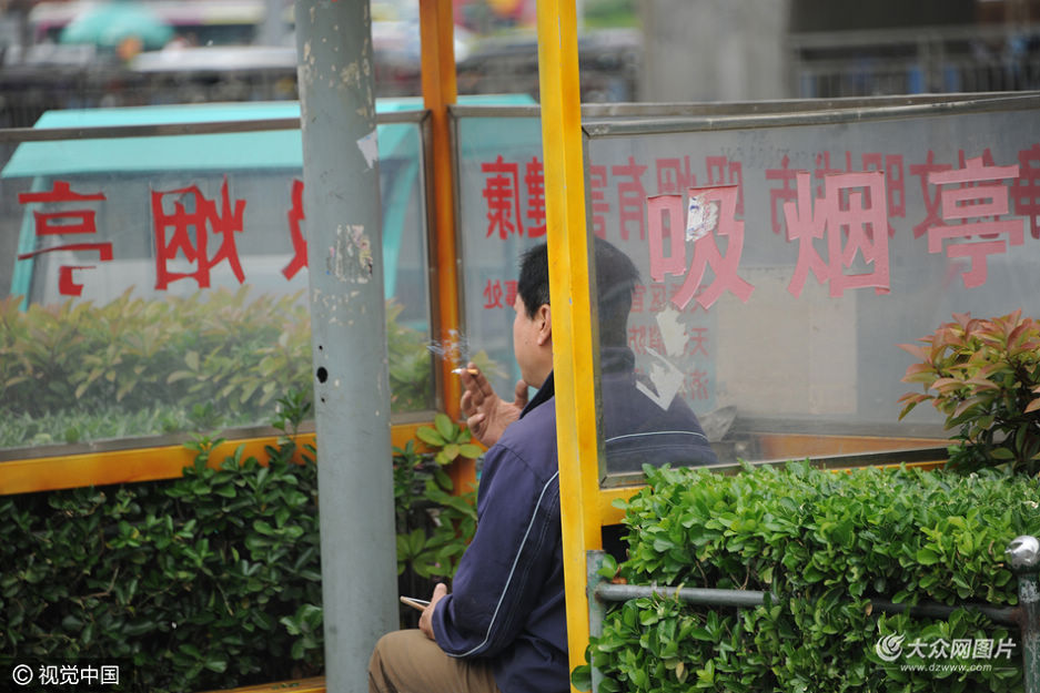"""2016年4月30日,济南北园大街出现三个路边""""吸烟亭"""",专门给那些在公共场所犯""""烟瘾""""的烟民提供抽烟场所。"""