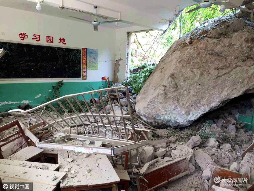 4月21日,广西融安县浮石镇一处山体发生塌方,巨石冲进山下的六寮村小学,多间教室墙头倒塌,导致20名学生和一名学校厨房工人受伤。