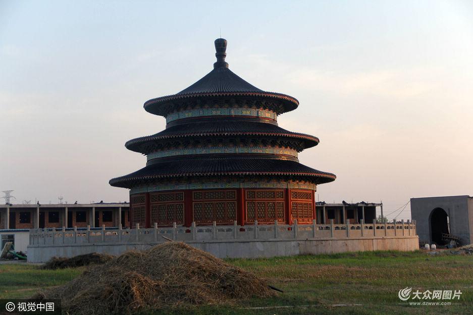 日前,山东滨州一在建影视基地现山寨版天坛,造型逼真,引人关注。据了解,这里将建成影视基地。