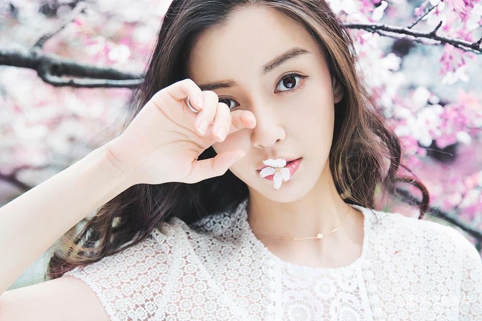 """近日,Angelababy拍摄全新""""樱花说""""主题写真,清新的妆容与背后的樱花美景交相呼应,形成一幅美醉人的画面。"""