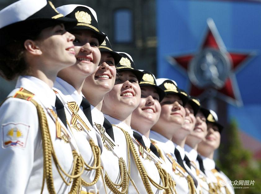 当地时间2016年5月9日,俄罗斯女兵参加纪念卫国战争胜利71周年阅兵式。