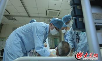 图片故事:ICU里的男护士