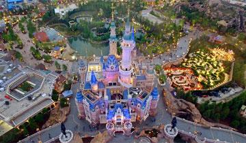 航拍上海迪士尼乐园首度亮灯美景