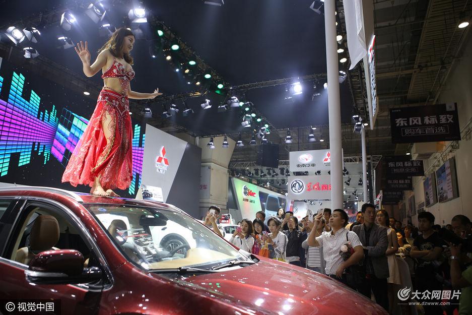 青岛一车企玩出新境界 美女车顶练瑜伽