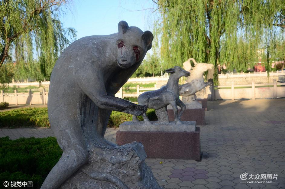 2016年5月15日,德州一公园内十二生肖雕塑惨遭破坏,有的雕塑甚至被破坏的让人无法辩清。