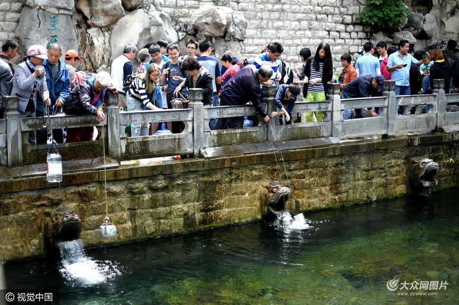 2016年5月15日,山东省济南市,经过连续三场降雨后,泉城地下水源得到有效补给,停喷半个多月的黑虎泉复涌,三个兽头全部恢复喷水,其中最东侧兽头喷涌量最大。