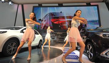 青岛国际车展模特穿短裙热舞卖力促销