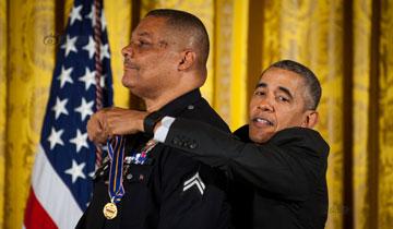 奥巴马1米86还是太矮!授勋姿势尴尬