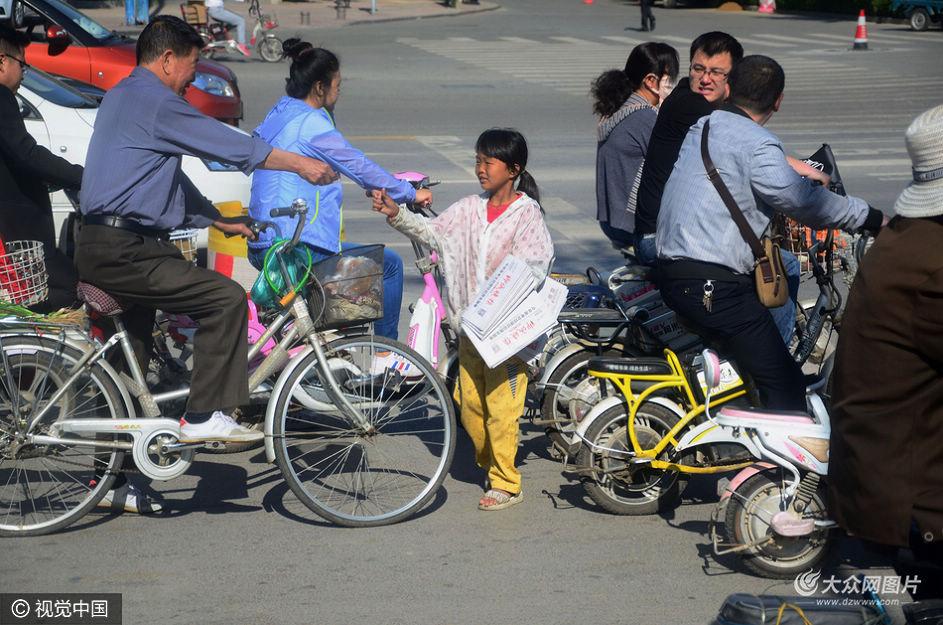 山东省聊城市,14岁的倩倩(化名)推着轮椅上的母亲像往常一样出现在东昌路与花园路交叉路口处。