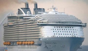 全球最大邮轮抵英国 比泰坦尼克号长100米