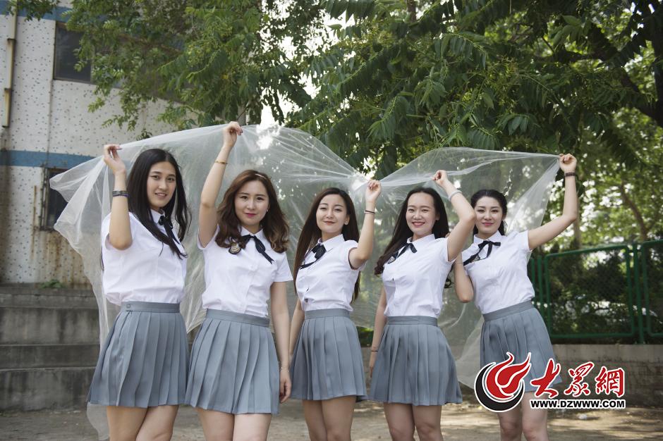 5月20日,山东艺术学院校园内,五位女生拍摄了一组创意闺蜜毕业照