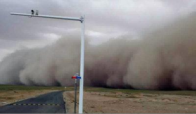 内蒙古突发沙尘暴 百米沙墙遮天蔽日