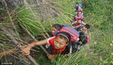 """四川""""悬崖村"""" 孩子上学需爬800米悬崖"""