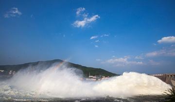 吉林丰满大坝泄洪-波浪滔天引来众多市民观看.jpg