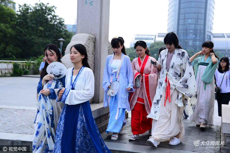 """6月5日,为了迎接G20峰会,杭州拱宸桥运河景区开展""""文化杭州我先行""""市民活动,现场一群来自高校的美女们穿汉服与市民互动,古典气质引来大家疯狂追逐拍照,场面热闹。"""