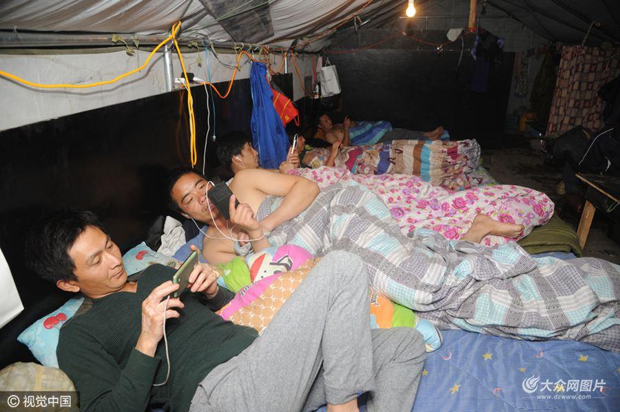 """山西省太原市大大小小的工地附近,经常会看到一个个特殊的""""聚居区""""。这里的人们,有的住在简易帐篷里,有的住在改装后的集装箱或彩钢板房里,有的住在待拆迁或者未完工的房子里……"""