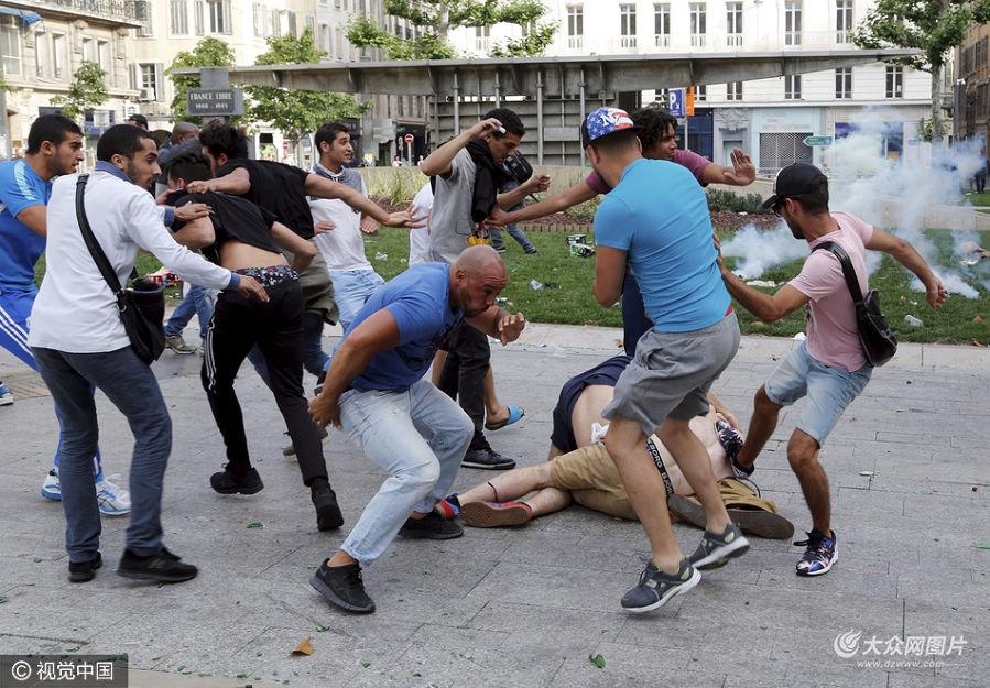 当地时间2016年6月11日,法国马赛,欧洲杯进入第二天,英国和俄罗斯球迷发生冲突,至少造成31人受伤。