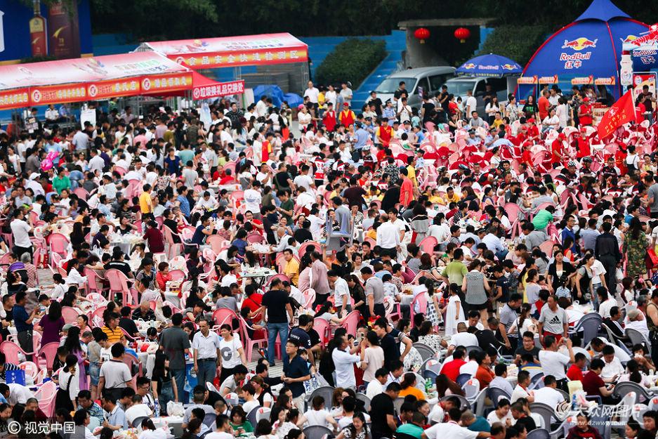 2016年6月13日,江苏淮安,盱眙县第十六届国际龙虾节万人龙虾宴在都梁广场举行,来自全国的超过三万名食客现场品尝龙虾美味。