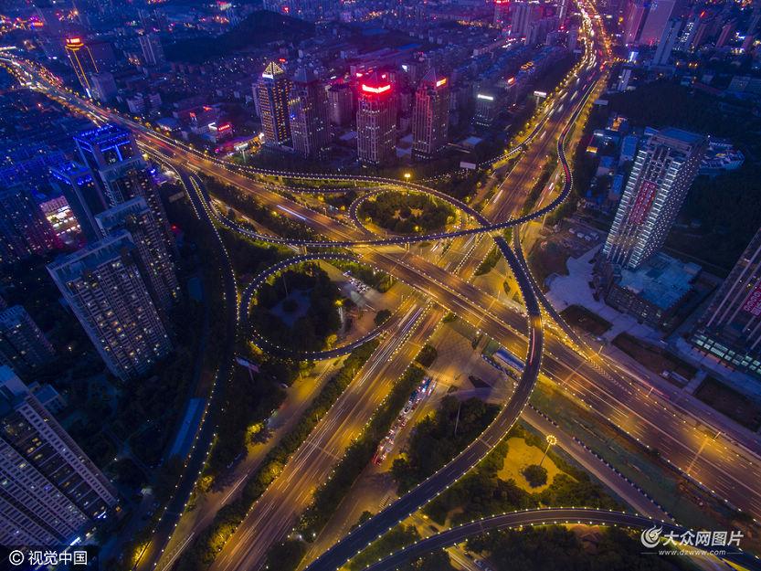 6月15日,山东省济南市,航拍夜色中燕山立交桥,5层桥体层层叠叠,车辆交织、灯火辉映,宛如巨大琴弦,开启视觉盛宴。