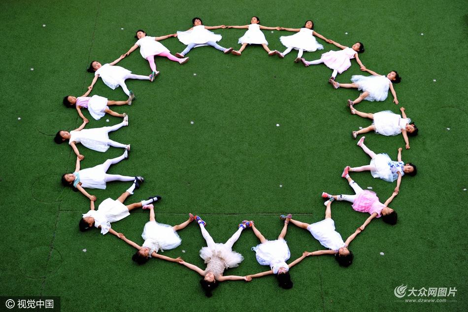 区第一幼儿园盛世江山分园大班毕业孩子在幼儿园拍摄了一组创意毕业图片