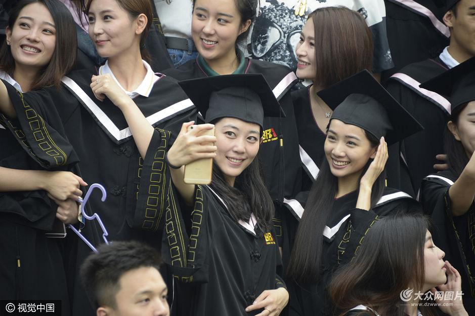 2016年6月29日,北京电影学院举行2016届本专科毕业典礼,现场帅哥美女如云。