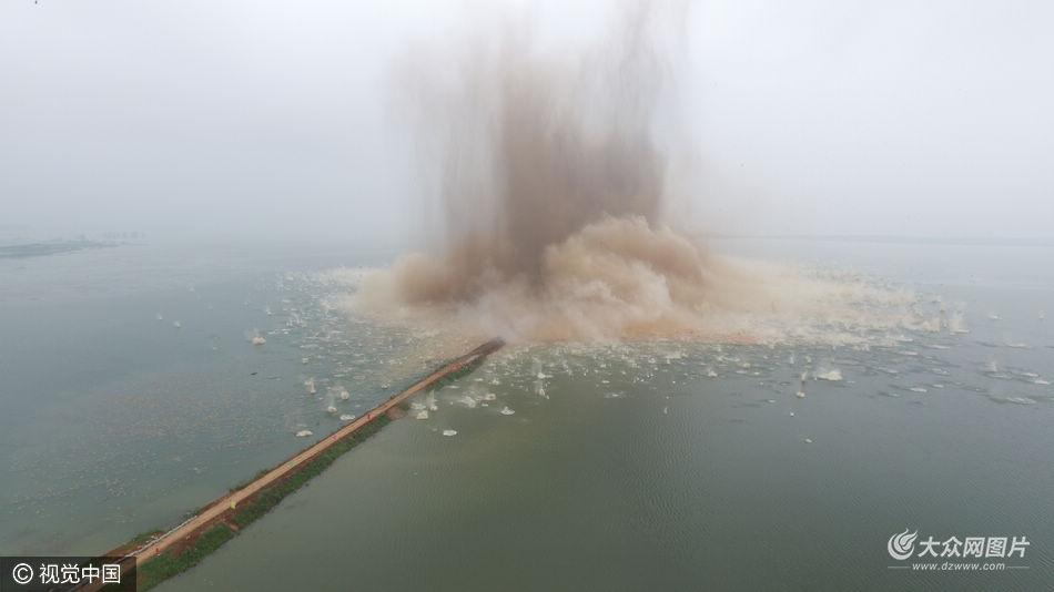 7月14日7时,梁子湖的牛山湖堤破垸分洪。随着一声炮响,湖北第二大湖泊梁子湖与牛山湖之间的隔堤被炸开,湖面激起巨浪,湖水从梁子湖缓缓流向牛山湖,梁子湖永久性退垸还湖。