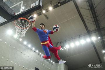 2016中欧男篮锦标赛:中国Vs德国 现场花式表演超人、浩克飞身扣篮