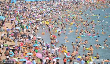 """青岛数万人""""下饺子""""海水浴场变泳池"""