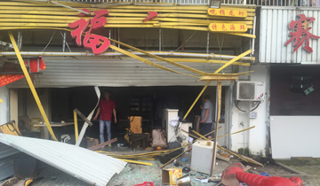 南京一龙虾店爆燃-碎片飞至50米外马路上.jpg