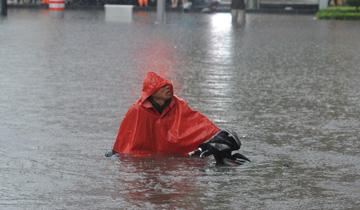 山西太原强降雨致多路段积水.jpg