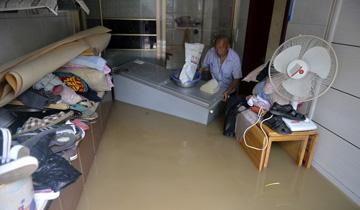 沈阳遭遇强降雨-居民家中水漫上床.jpg