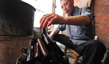 二十味中药熬制药水-古法竹筒拔罐最近很火.jpg