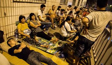 郑州:小学报名开始--家长提前两天彻夜排队.jpg