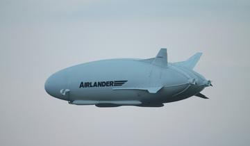"""全球最大飞行器""""飞天屁股""""在英国首飞成功.jpg"""