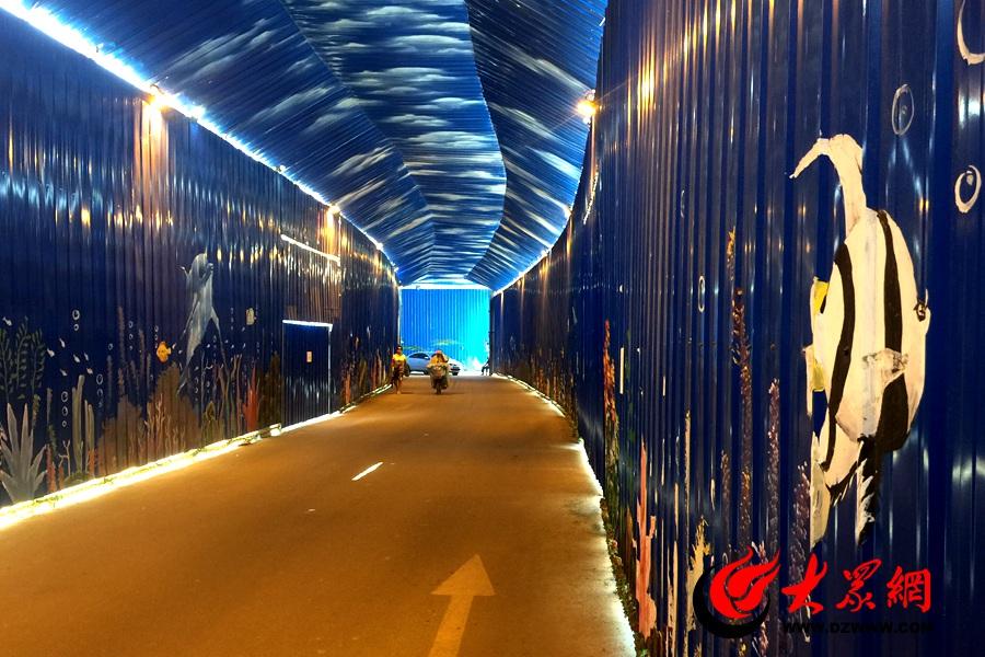"""文化东路一小区内的施工围栏画上了可爱的海底生物 仿佛置身""""海底世界 """"记者 孙博洋摄.jpg"""