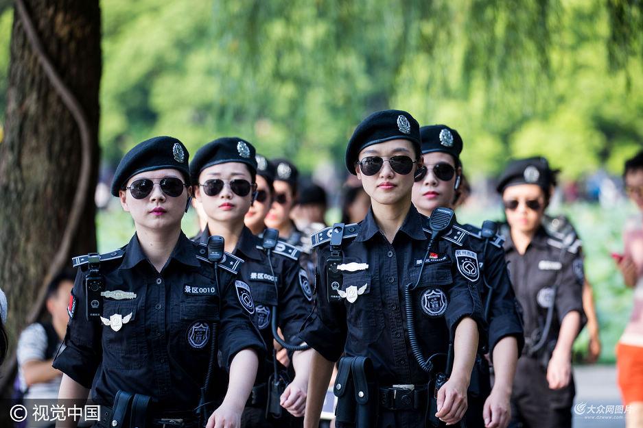 清一色的装备、整齐的步伐,统一墨镜着装酷似流行韩剧《太阳的后裔》,当浙江杭州西湖景区行政执法局G20女子巡逻队进行巡逻任务时,成为一道靓丽的风景线,吸引许多游客关注和拍照。
