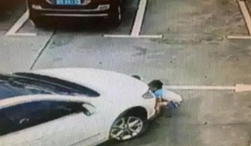 惨!女司机疑看手机开车压过3个小孩