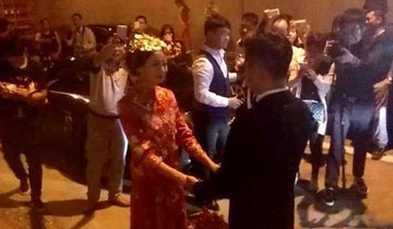 新人结婚被堵高速 直接在隧道办婚礼