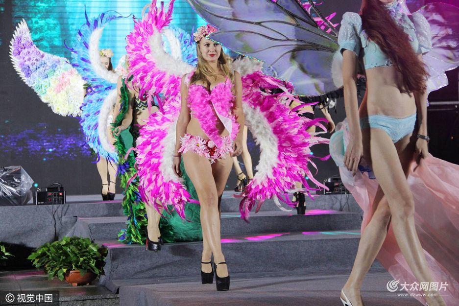 10月15日,一场维多利亚的秘密山寨超模内衣秀在滨州上演,来自东欧的多名洋模特身披长羽毛秀长腿,展示傲人身材火爆全场,吸引了数千观众冒雨观看。