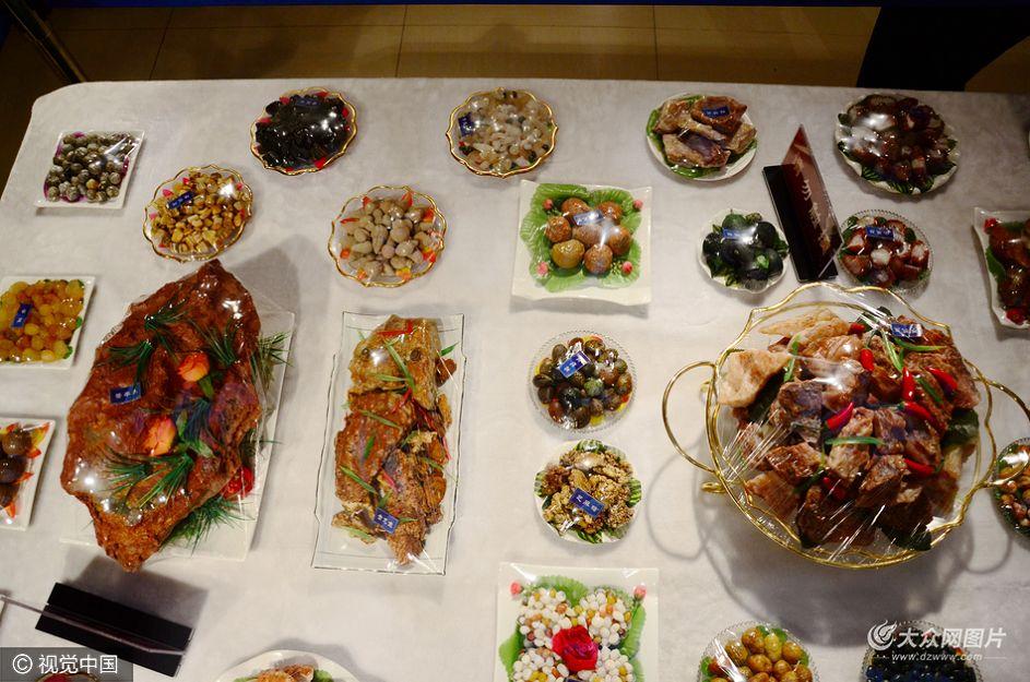 """10月16日,潍坊昌乐县一博物馆内一桌玛瑙版""""满汉全席""""吸引了众多游客驻足观看。"""