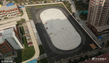 济南一小学怕塑胶污染 操场改铺沥青