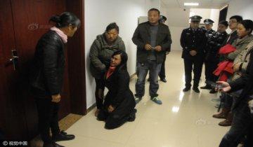 菏泽高考志愿篡改案宣判 被告母亲跪地
