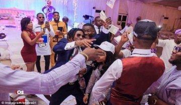 尼日利亚富豪花样炫富 在婚礼上撒钱