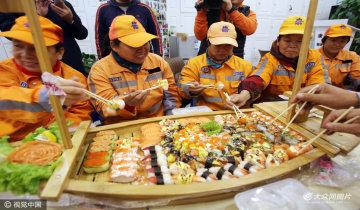 济南爱心单位请环卫工吃寿司
