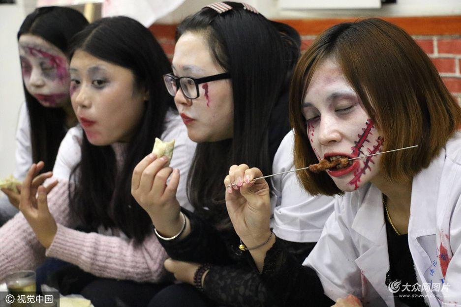 """10月31日,滨州十余名美女装扮成万圣节""""女鬼""""相约到一家烧烤店一起""""撸串"""" ,吸引了众多关注目光。"""