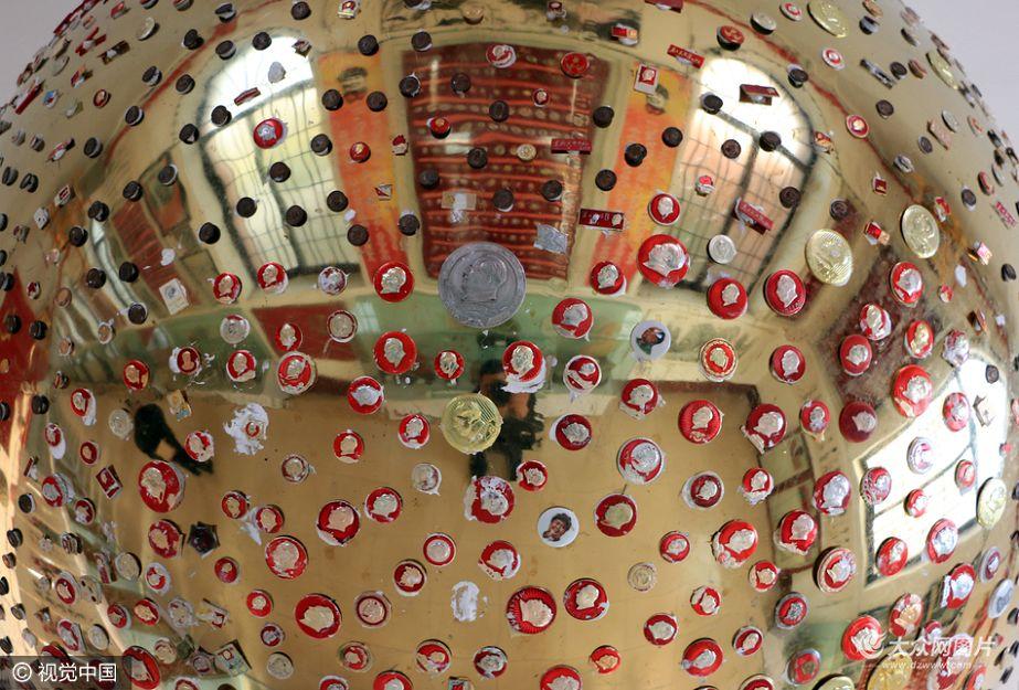 11月1日,在毛泽东诞辰123周年纪念日来临之际,记者来到位于济宁市邹城朱山村,探秘全国最大的毛泽东像章艺术博物馆。