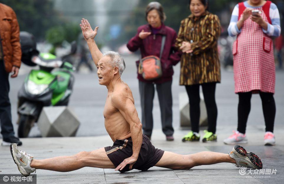 立冬以来,成都气温较为寒冷,很多市民穿起了羽绒服,但是72岁高龄的郑大爷却赤裸上身锻炼了12年,不论春夏还是秋冬,都是这样,正所谓夏练三伏、冬练三九。成都商报记者 张士博 摄影