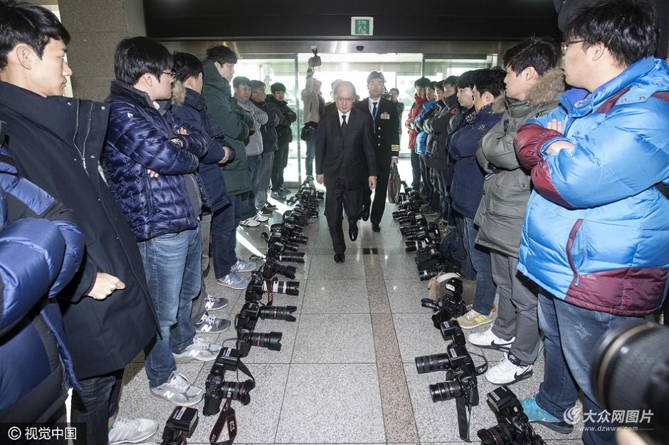 11月23日,日本驻韩大使长岭安政前往韩国国防部签署《军事情报保护协定》 ,韩国记者将相机摆在地上拒绝报道抗议。